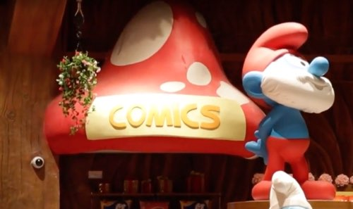 A sign at the gift shop at the Smurfs Shanghai theme park indicates that they sell comics there.